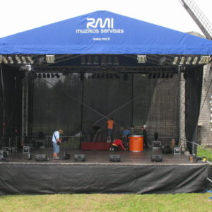 Dvišlaitis scenos stogas su tentu